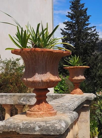 Antiker-Pflanzenkuebel-fuer-terrassen
