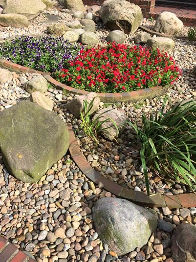 Blumen-bepflanzungen-mit-Steinen