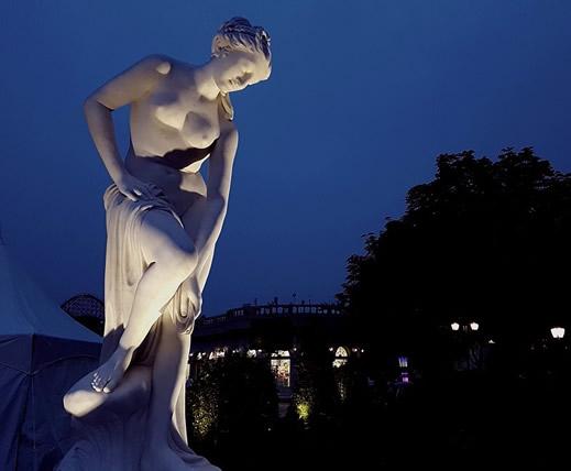 Gartenstatue-mit-Licht-angestrahlt