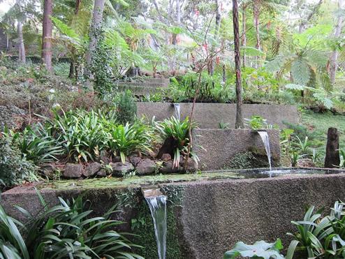 Hanggarten-mit-Wasser-und-Steinen