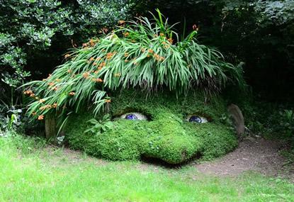 Pflanzenkunstwerk-unter-Baeumen
