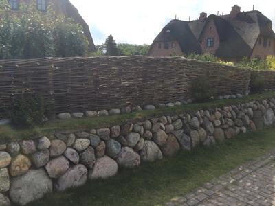 Steinwand-mit-Holz