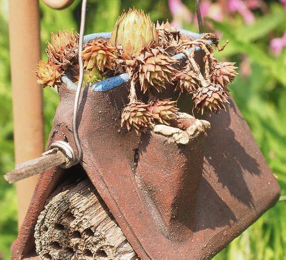 Insektenhotel im garten bauen platzieren und gestalten - Holzpodest garten ...