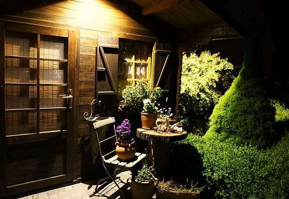 Sehr Viel Wohnlicher Und Dekorativ Erscheint Jedes Gartenhaus, Wenn Es  Blumenkästen Mit Schönen Bepflanzungen Vor Den Fenstern Besitzt.