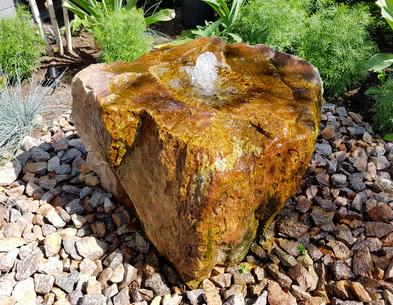 Quellstein im Garten - Installation, Gestaltung, Tipps